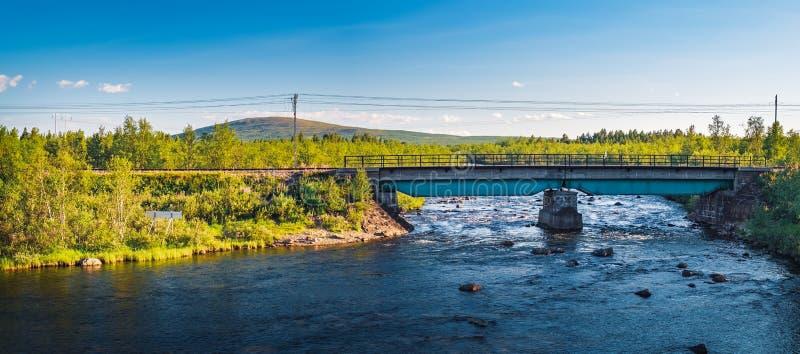 Железнодорожный мост над рекой Rautas в Швеции стоковые изображения rf