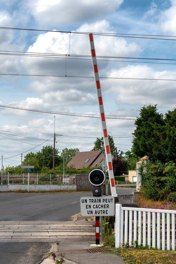 Железнодорожный переезд в маленьком городе Formerie, к северу от Франции стоковые изображения rf