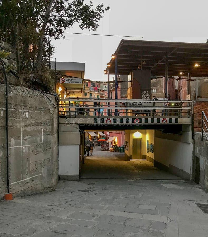 Железнодорожный подземный переход в главную улицу Vernazza, Cinque Terre, I стоковые изображения