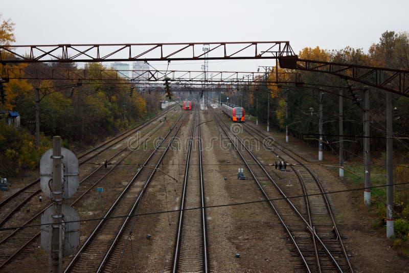 Железнодорожный путь с 2 поездами осенью стоковые фотографии rf