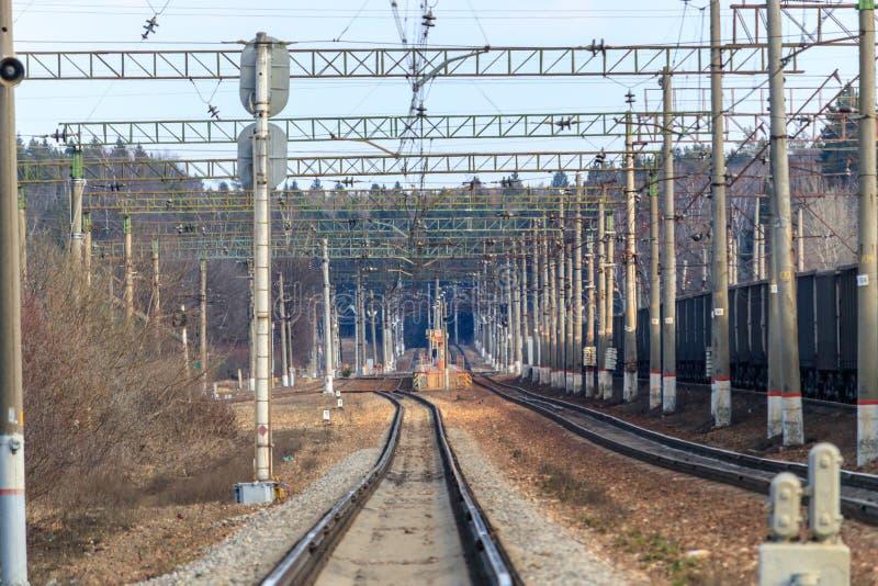 Железнодорожный рельсовый путь к станции стоковое изображение rf