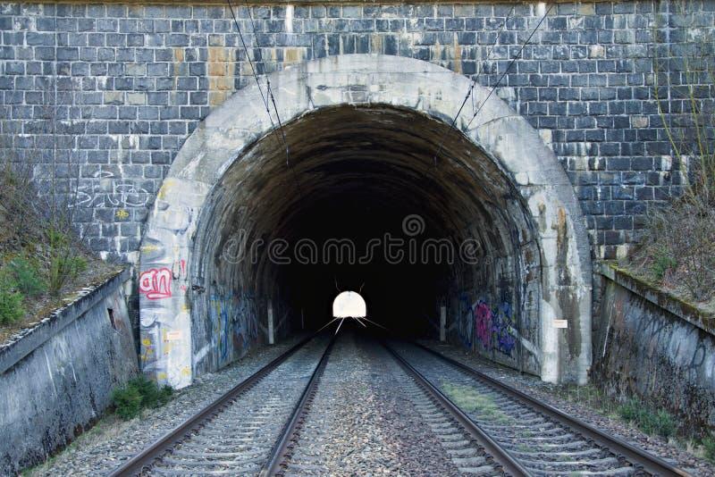 Железнодорожный тоннель на двойном следе Железнодорожная инфраструктура Свет в конце тоннеля Старый каменный тоннель покрашенный  стоковое изображение