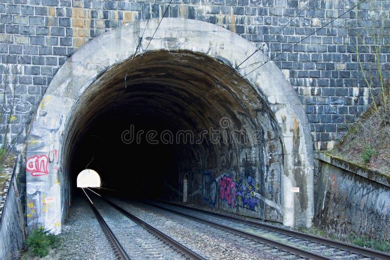 Железнодорожный тоннель на двойном следе Железнодорожная инфраструктура Свет в конце тоннеля Старый каменный тоннель покрашенный  стоковая фотография rf