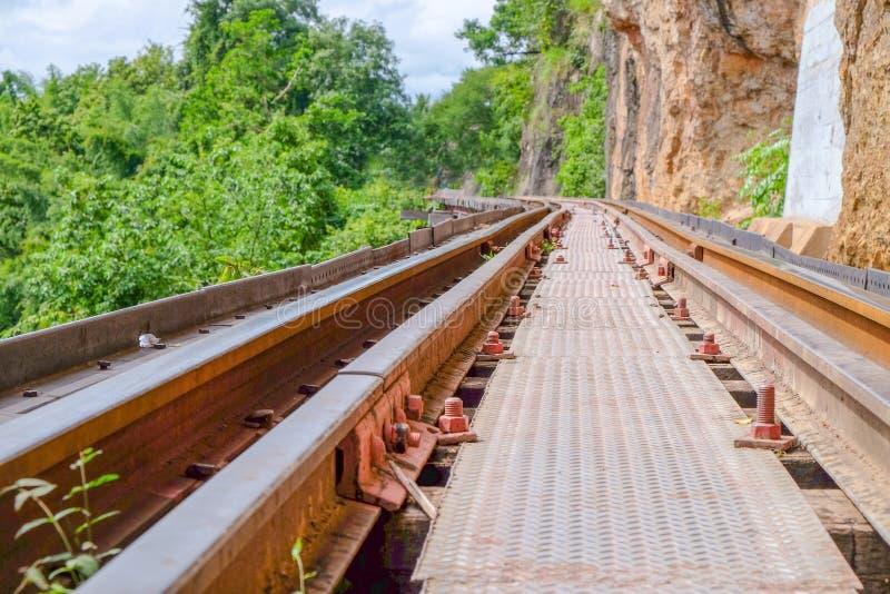 Железные дороги были построены через скалу около горы стоковая фотография rf