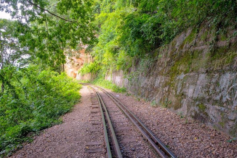 Железные дороги были построены через скалу около горы стоковые изображения rf