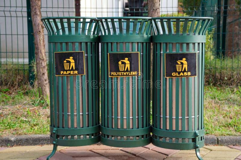 Железные мусорные ведра решетки для сортировать отброс - пластмассу, бумагу и стекло стоковые фото