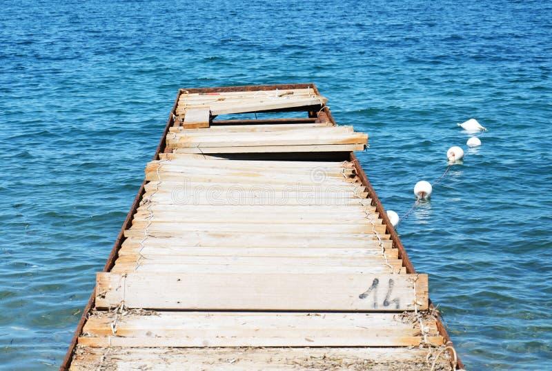 Железный деревянный мост и вода, в Тоскане, в острове Эльбы, Италия стоковое изображение