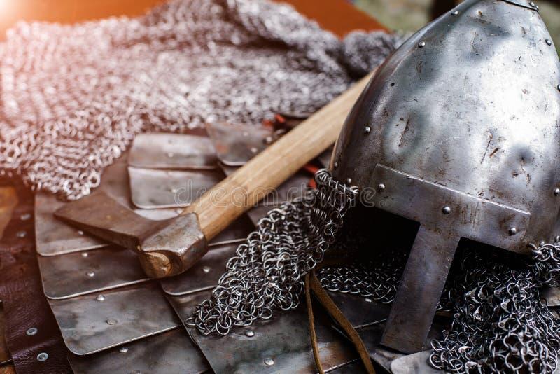 Железный шлем в панцыре и оси стоковая фотография rf