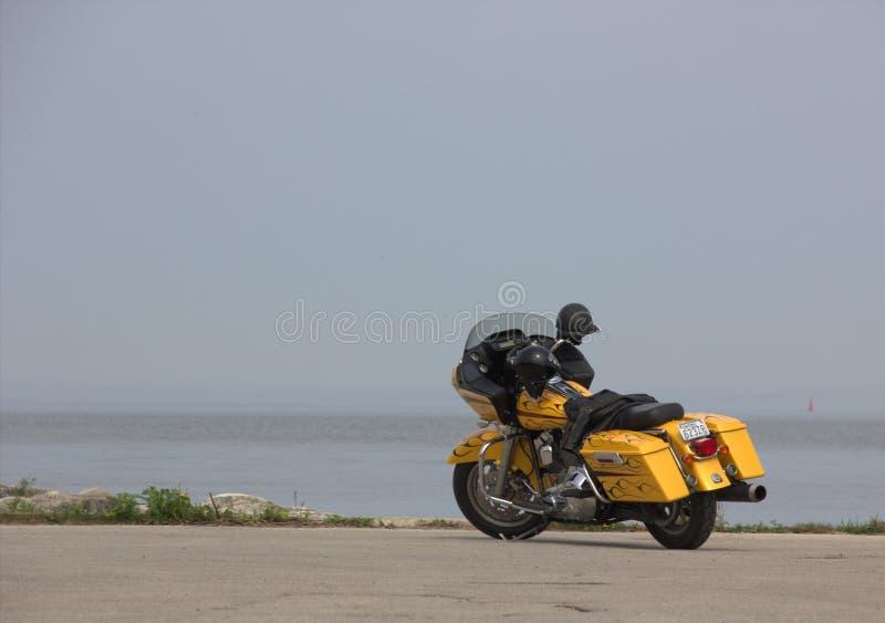 Желтая земля задней части воды мотоцикла Harley Davidson стоковое изображение rf