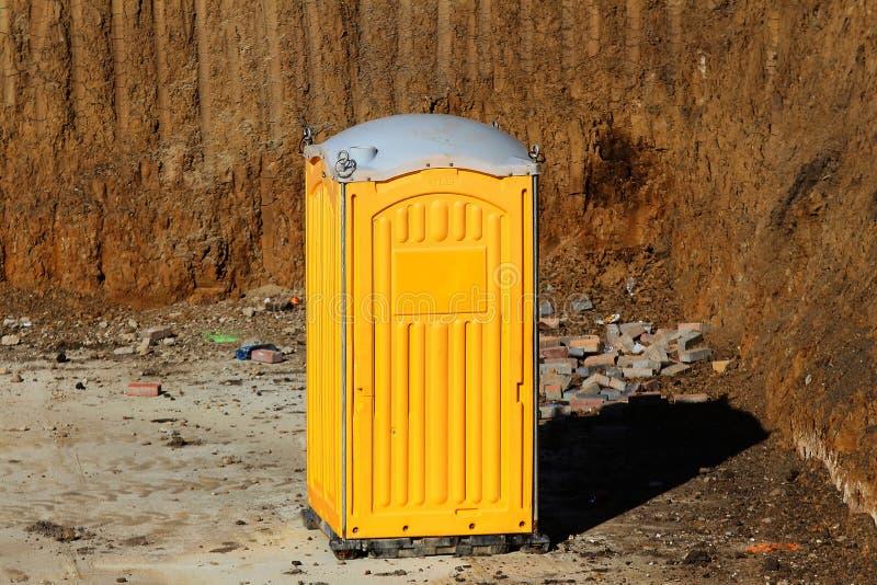 Желтая кабина туалета стоковые изображения