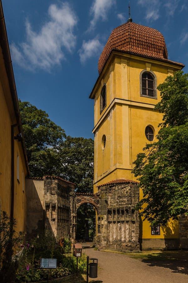Желтая колокольня и каменное ворот стоковая фотография