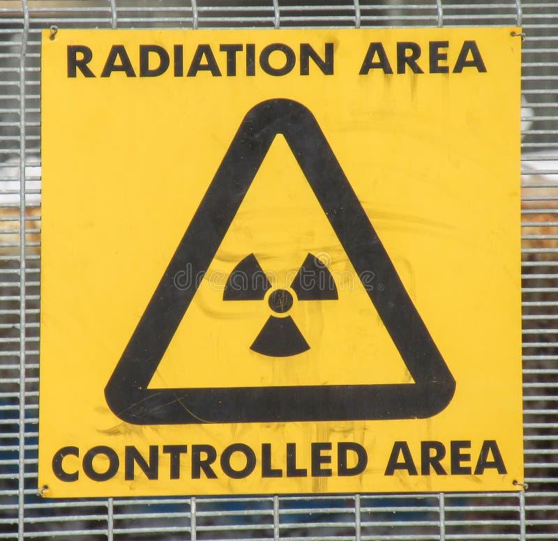 Желтая контролируемая радиация предупредительный знак стоковая фотография