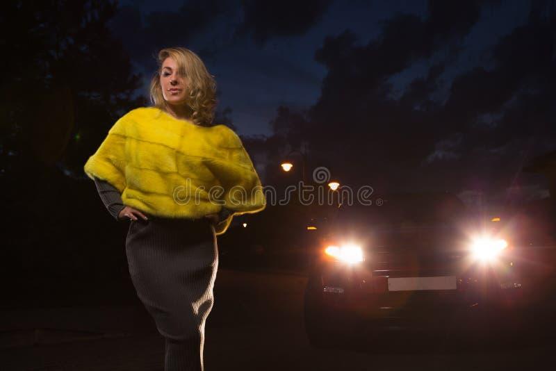 Желтая куртка меха стоковые фото