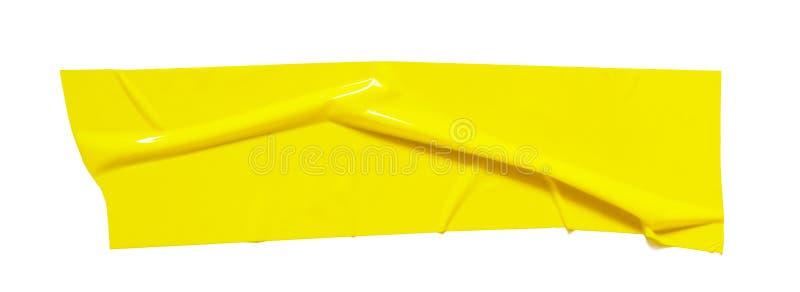 Желтая липкая шотландская лента Сорванная скомканная часть sellotape изолированная на белой предпосылке стоковые изображения rf