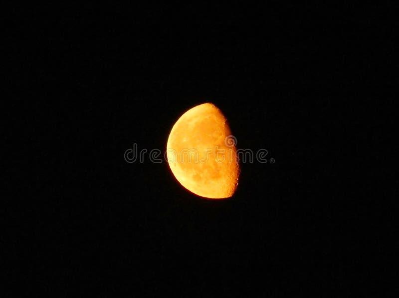 Желтая луна в небе черноты ночи стоковая фотография