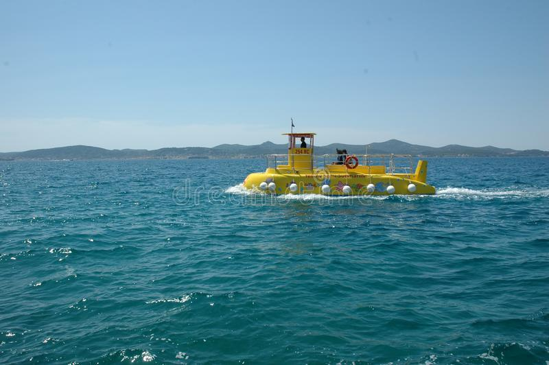 Желтая подводная лодка в Zadar, Хорватии стоковые изображения rf
