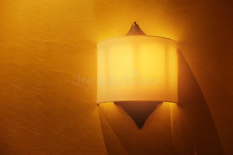 Желтая предпосылка цвета с шариком освещения на стене и пустое пространство для текста или объекта стоковое фото