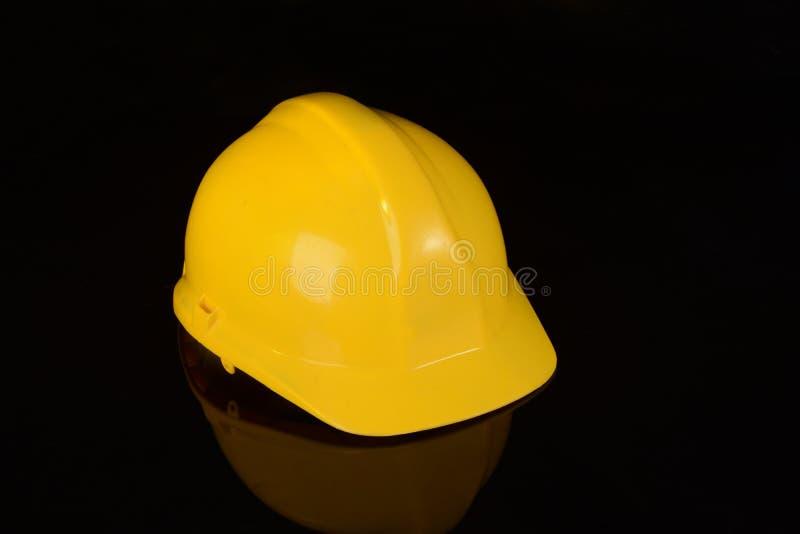 Желтая работа материала крышки безопасности защитить инженерство на черной предпосылке стоковое изображение rf