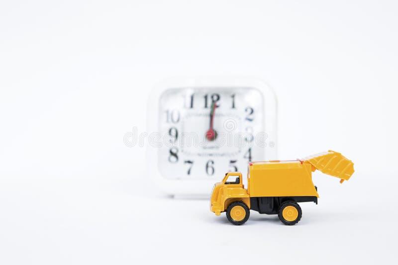 Желтая тележка с запачканными белыми часами на белой предпосылке стоковые изображения rf