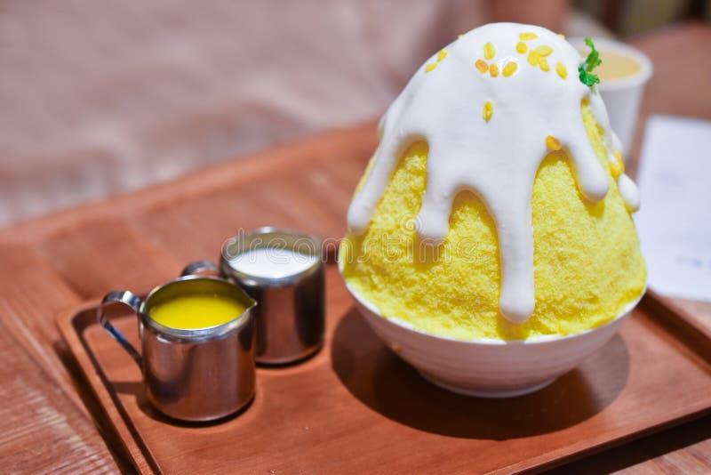 Желтое сладостное липкого kakigori bingsu риса и манго домодельное стоковые фотографии rf