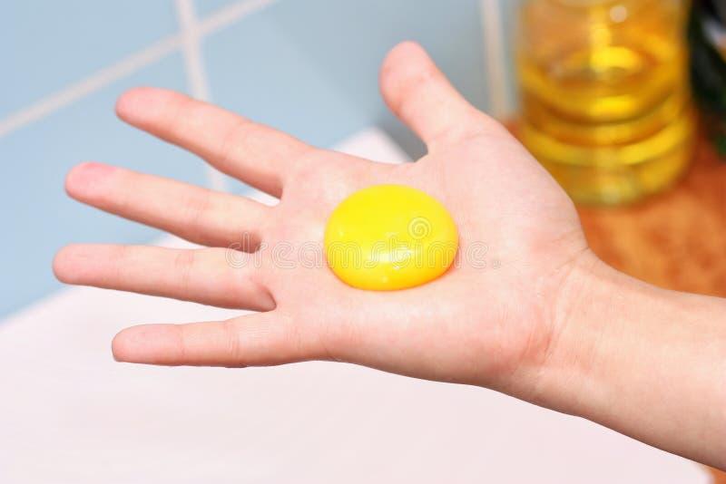желток руки стоковое фото