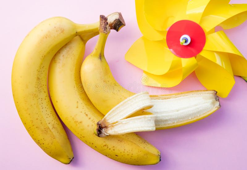 Желтые банан и pinwheel стоковая фотография rf