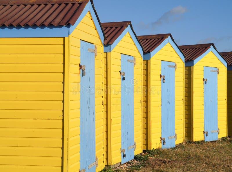 Желтые деревянные хаты пляжа стоковое изображение