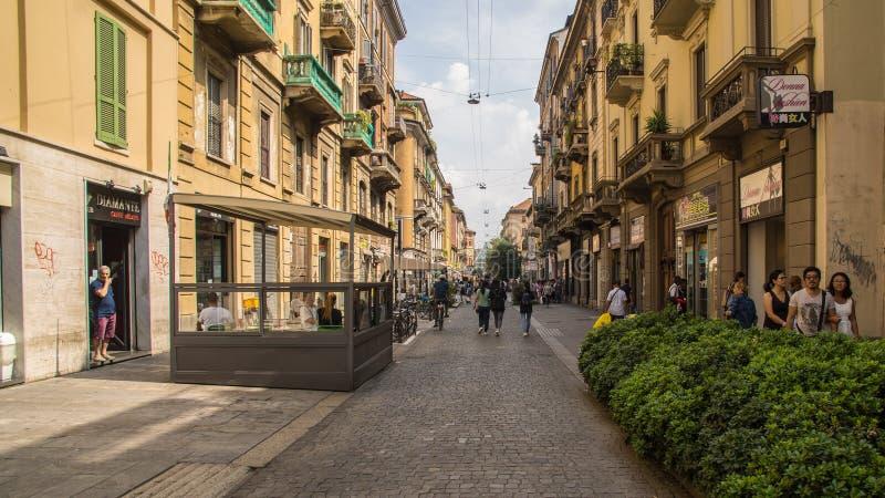 Желтые дома в историческом центре Милана стоковое изображение rf