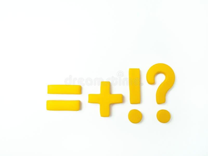 Желтые знаки для учить подсчитать и записи на белой текстурной предпосылке стоковое изображение