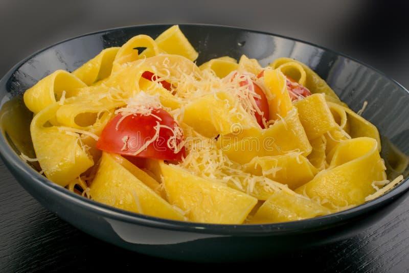 Желтые итальянские pappardelle, fettuccine или tagliatelle макаронных изделий стоковая фотография