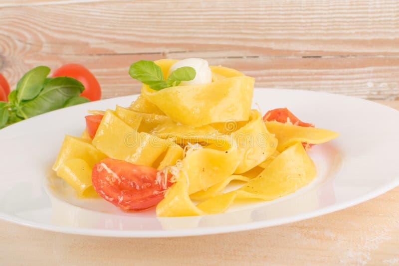 Желтые итальянские pappardelle, fettuccine или tagliatelle макаронных изделий стоковые фото