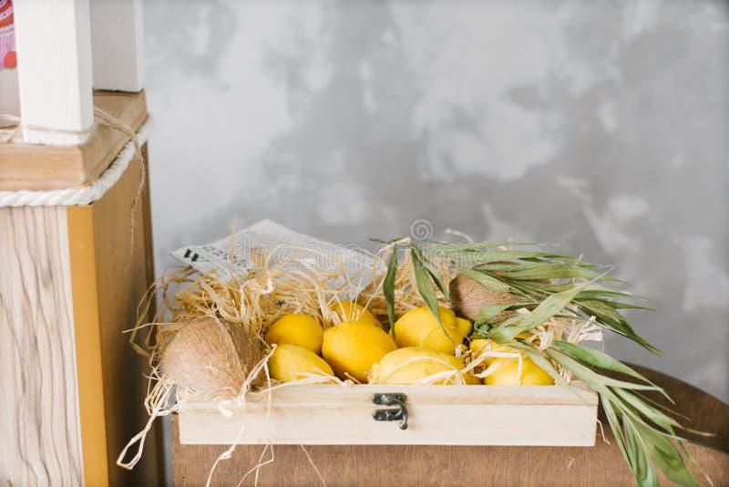 Желтые лимоны лежат в деревянной коробке стоковые фотографии rf