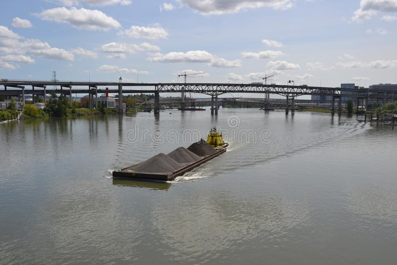 Желтые нажимы буксира barge внутри Портленд, Орегон стоковое изображение rf