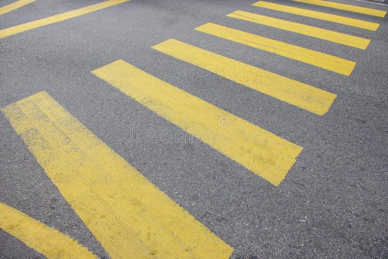 Желтые нашивки crosswalk города стоковое фото rf