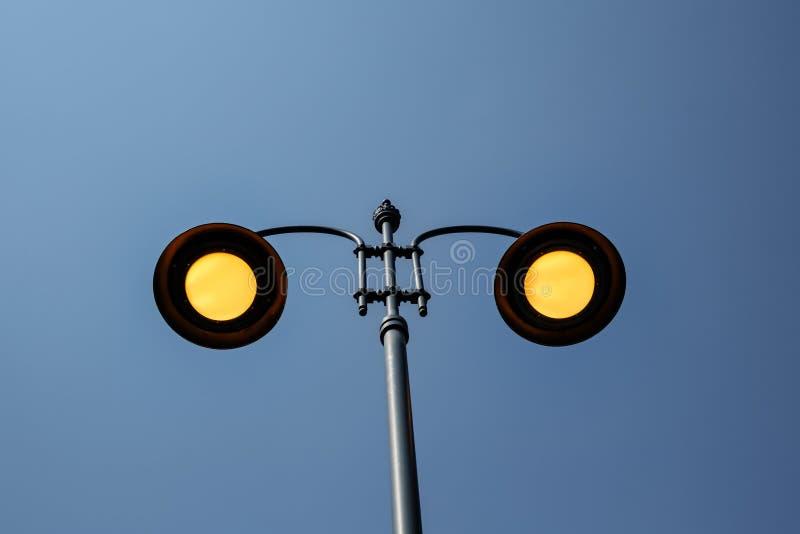 Желтые освещая поляки улицы на голубом небе стоковые изображения rf