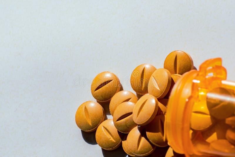 Желтые таблетки рецепта разлили на таблицу Концепция наркомании opioid и стоковые фотографии rf