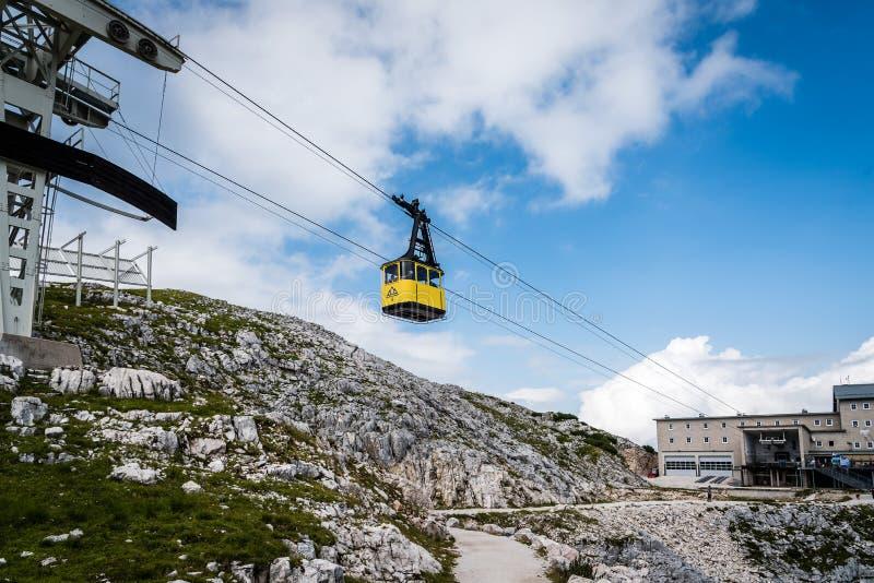 Желтые фуникулер и станция в горах стоковые изображения