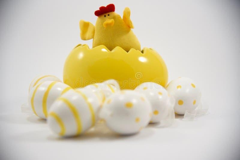 Желтые цыпленок и яичка пасхи стоковая фотография rf