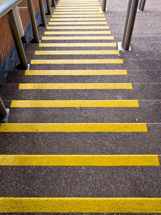 Желтые шаги идя вниз - предохранение аварии стоковое фото
