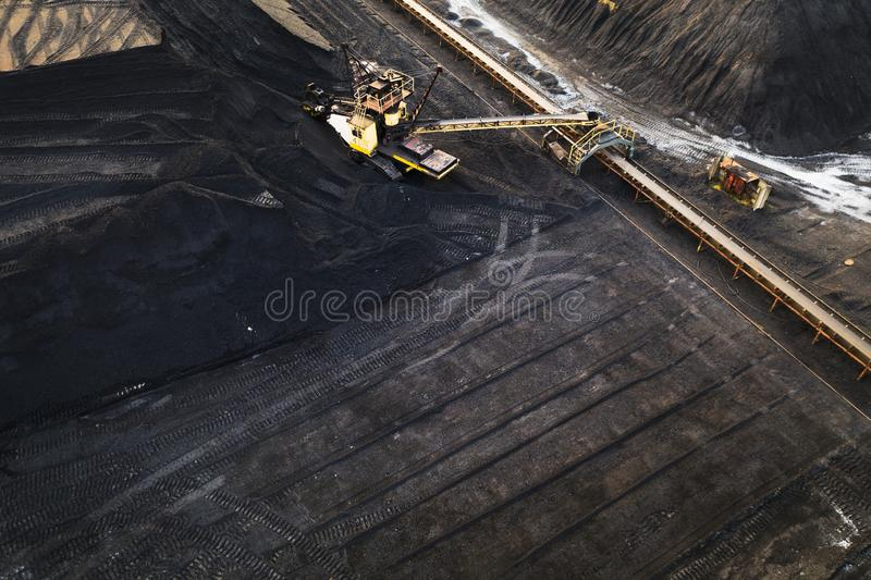 Желтые экскаваторы в хранении угля стоковое изображение rf
