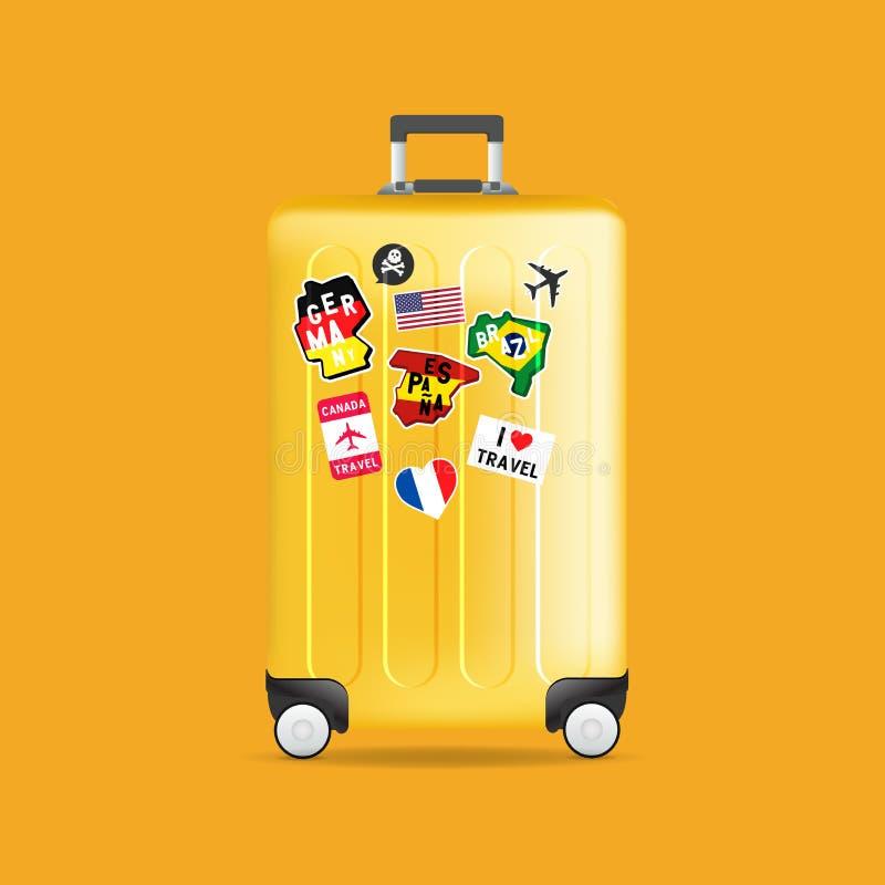 Желтый багаж перемещения со стикерами, ярлыками и бирками Реалистический чемодан иллюстрация вектора