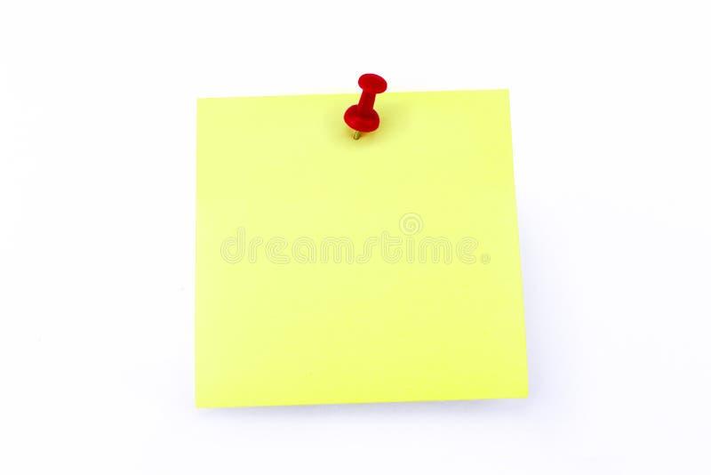 Желтый блокнот с красным Pin - пустым шаблоном с космосом экземпляра стоковые изображения rf