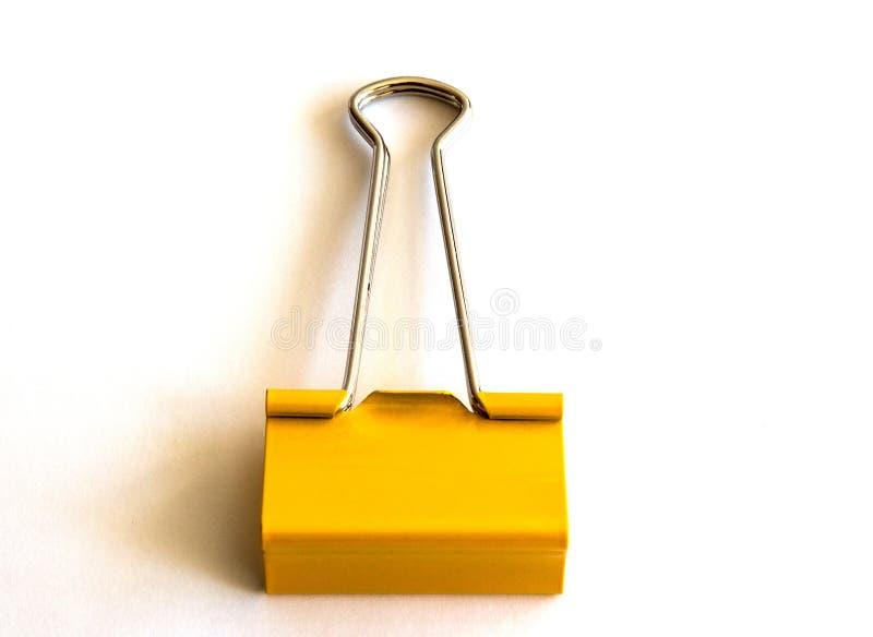 Желтый бумажный зажим изолированный на белой предпосылке - изображении стоковое фото rf
