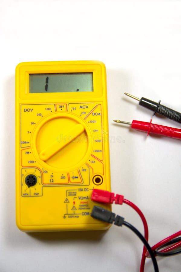 Желтый вольтамперомметр со своими иглами теста открытой цепи стоковая фотография