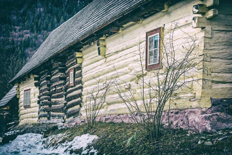 Желтый деревянный дом в Vlkolinec, сетноом-аналогов фильтре стоковые фотографии rf