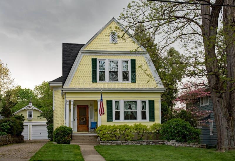 Желтый дом весной перед штормом стоковое изображение rf