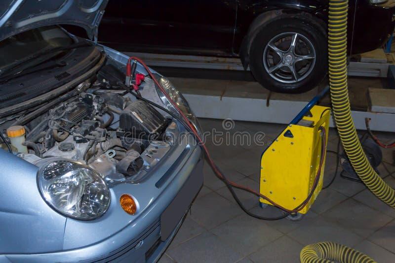 Желтый заряжатель автомобильный аккумулятор голубого цвета стоковая фотография rf