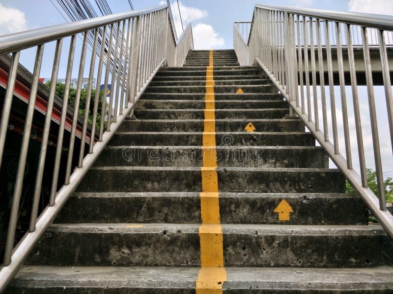 Желтый знак линии лестницы к перевалу стоковые фото