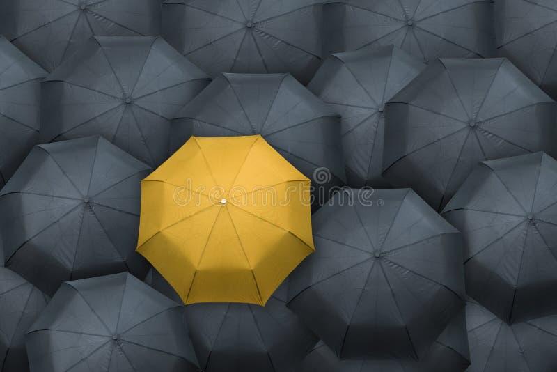 Желтый зонтик стоит вне от толпы таблетки серии руководителя принципиальной схемы стоящие стоковое фото rf