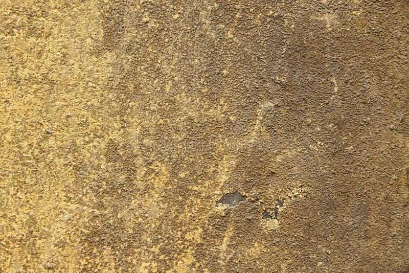 Желтый и коричневый старый гипсолит дома фасада стоковое изображение